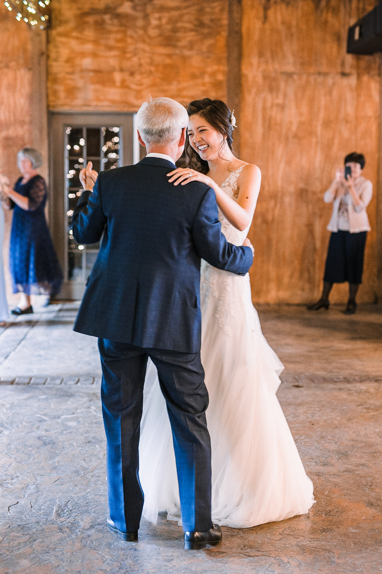 bride and her father dancing at Bluemont Vineyard
