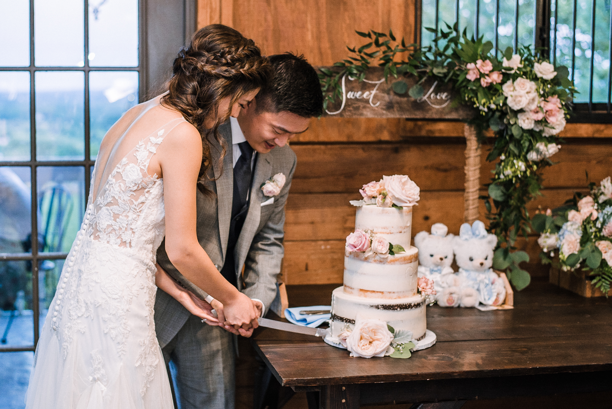 bride and groom cutting cake at Bluemont Vineyard