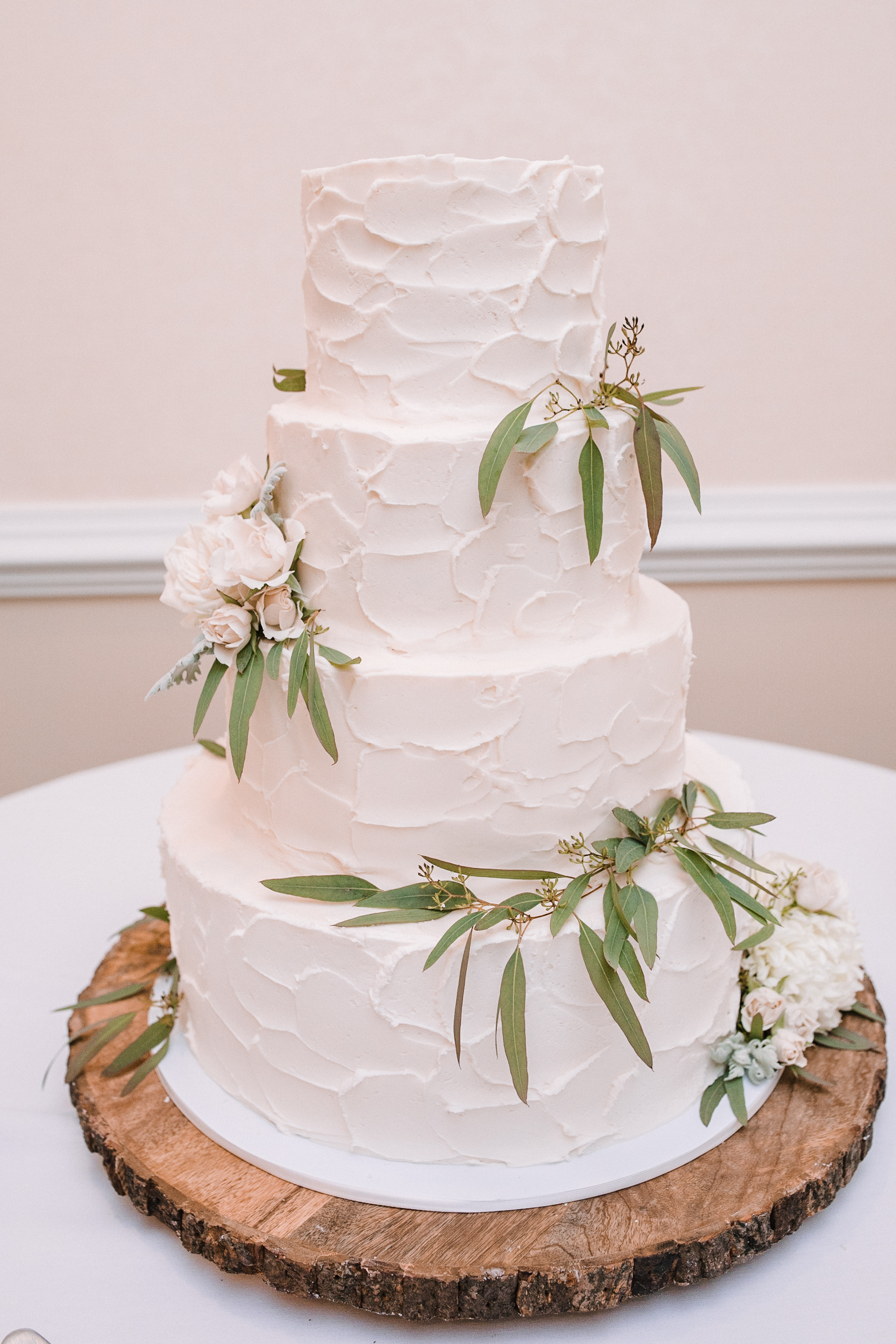 detail shot of wedding cake at Evergreen Country Club