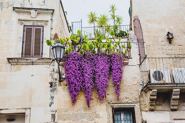 I'm a sucker for a picturesque balcony.  @goodliving_retreats #lecceitaly #southernitaly #puglia #baroquearchitecture #balcony #balcone #flowerboxes