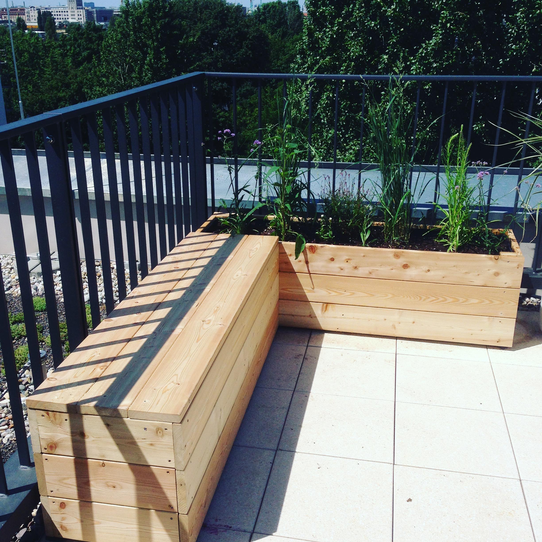 Bank und Pflanzgefaess aus Lärchenholz