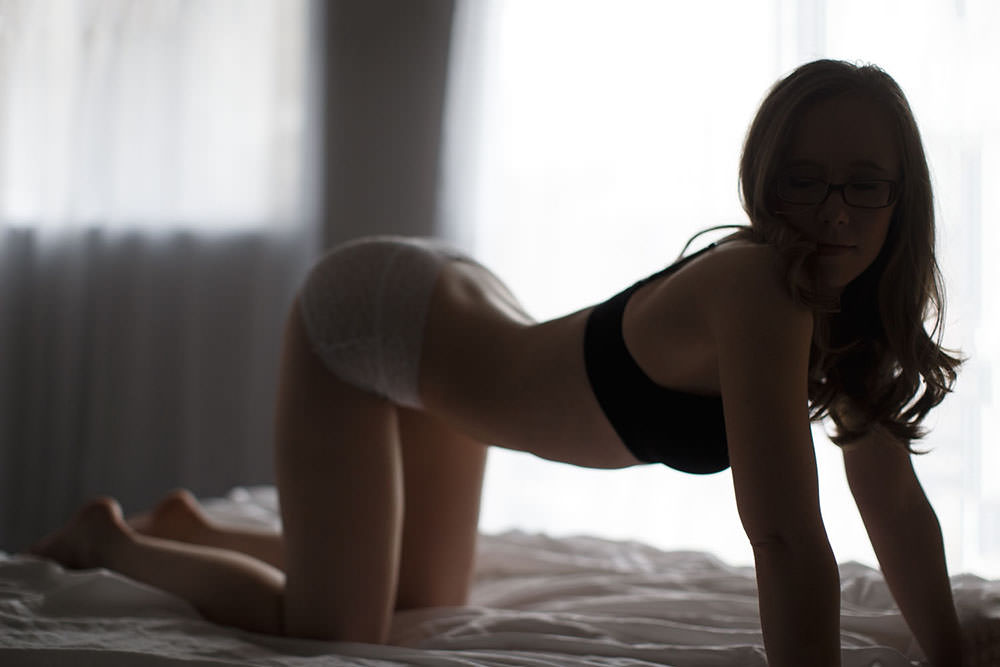 Los Angeles boudoir model laying on a bed