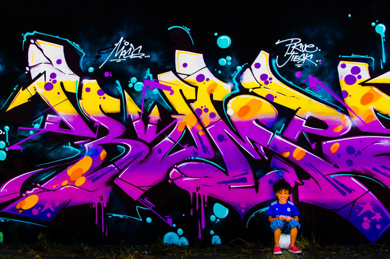 Grafitti met jongetje op bal