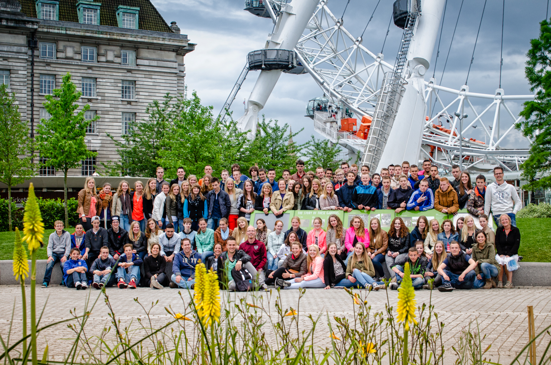 Derde klassen TL en hun begeleiders bij de London Eye