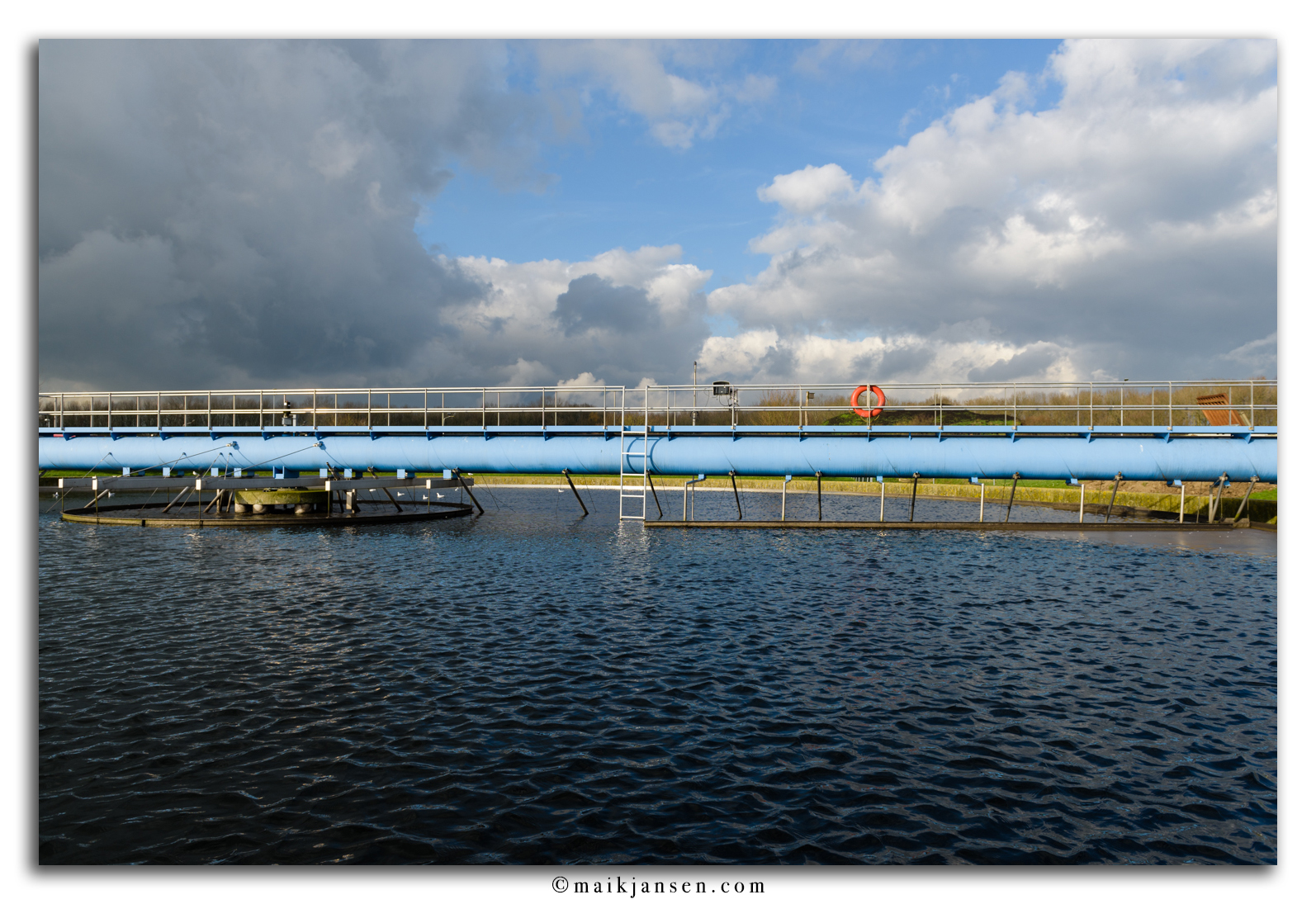 The blue line... Belichting: 1/500 sec @ f/6,3 ISO 100 FL 24 mm