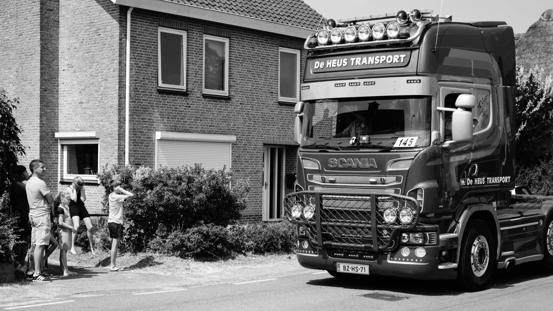 Vingers in oren toeterende truck