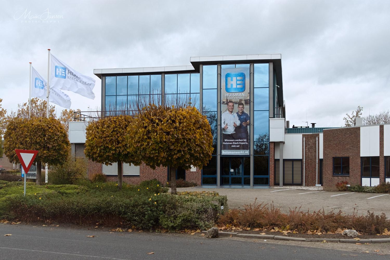 Wervingsbanier aan de gevel.  Fotografie en bewerking tot vrijstaand beeld door Maik Jansen. Achtergrond en design door Huisman ETECH.