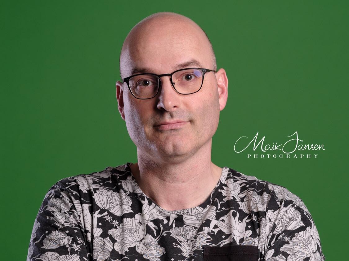Greenscreen - In onze studio in het Maas en Waalse Dreumel, fotograferen we voor een green-screen wanneer u de achtergrond van uw portret of product (achteraf) wilt manipuleren. Een puur zwarte, witte en elke ander kleur achtergrond zijn door u te specificeren. U kunt er ook voor kiezen om een foto of bedrijfslogo te gebruiken als achtergrond. Wij plaatsen dit voor u in de foto. U kunt er ook voor kiezen zogenaamde cut-outs te ontvangen.