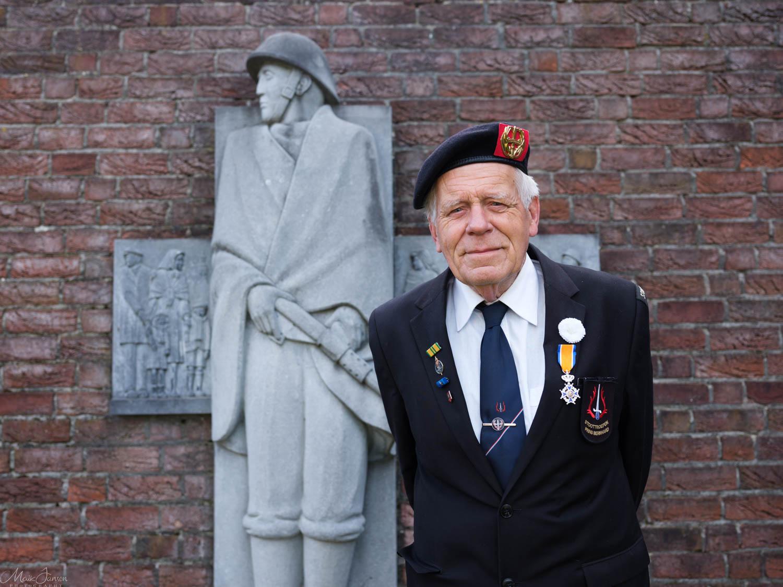 John Plamont bij het monument voor het regiment Stoottroepen