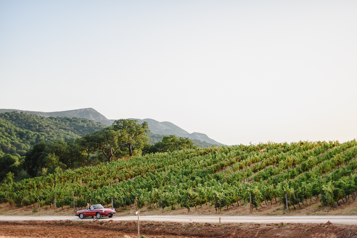 red-alfa-romeo-spider-wedding-vineyards-azeitao-portugal.jpg