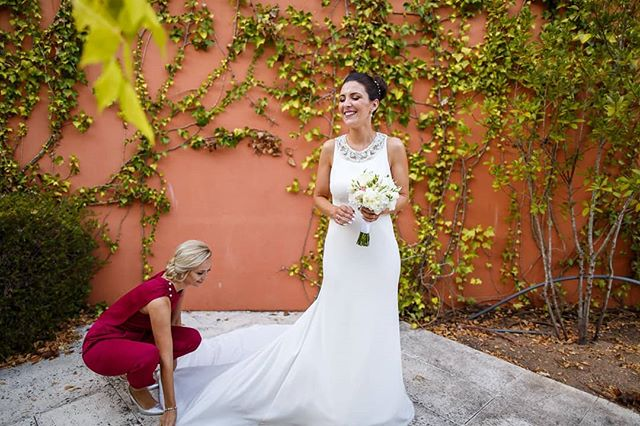 Beautiful bride. Beautiful dress. Beautiful coloured wall. www.joaomakesphotos.com  #weddingdress #weddingphotography #weddingdetails #bride #weddinginspiration #bouquet #Portugal #weddingphotographyinPortugal #joaomakesphotos