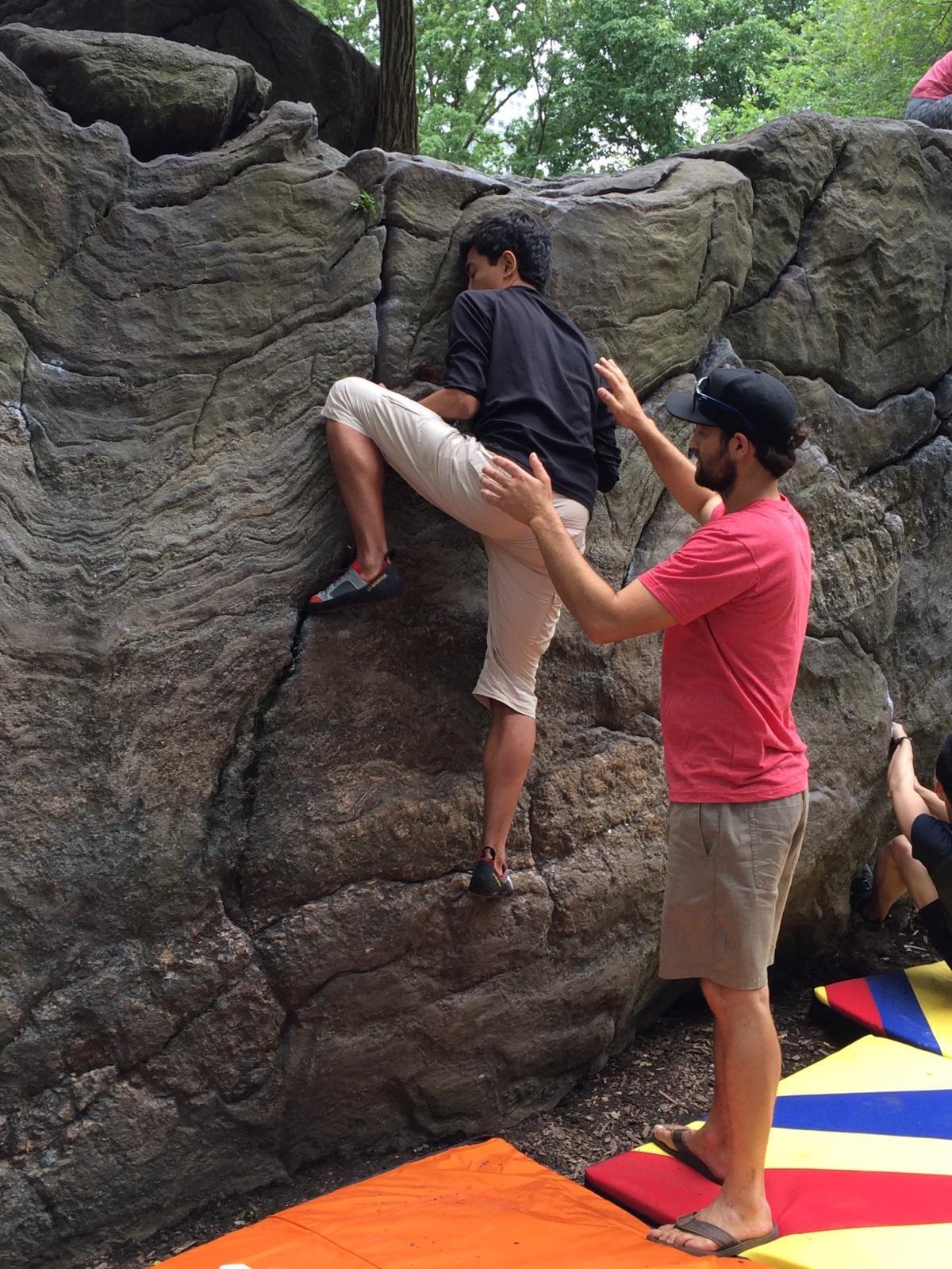 El autor recibiendo instrucciones de como escalar por Renan Ozturk, Central Park.