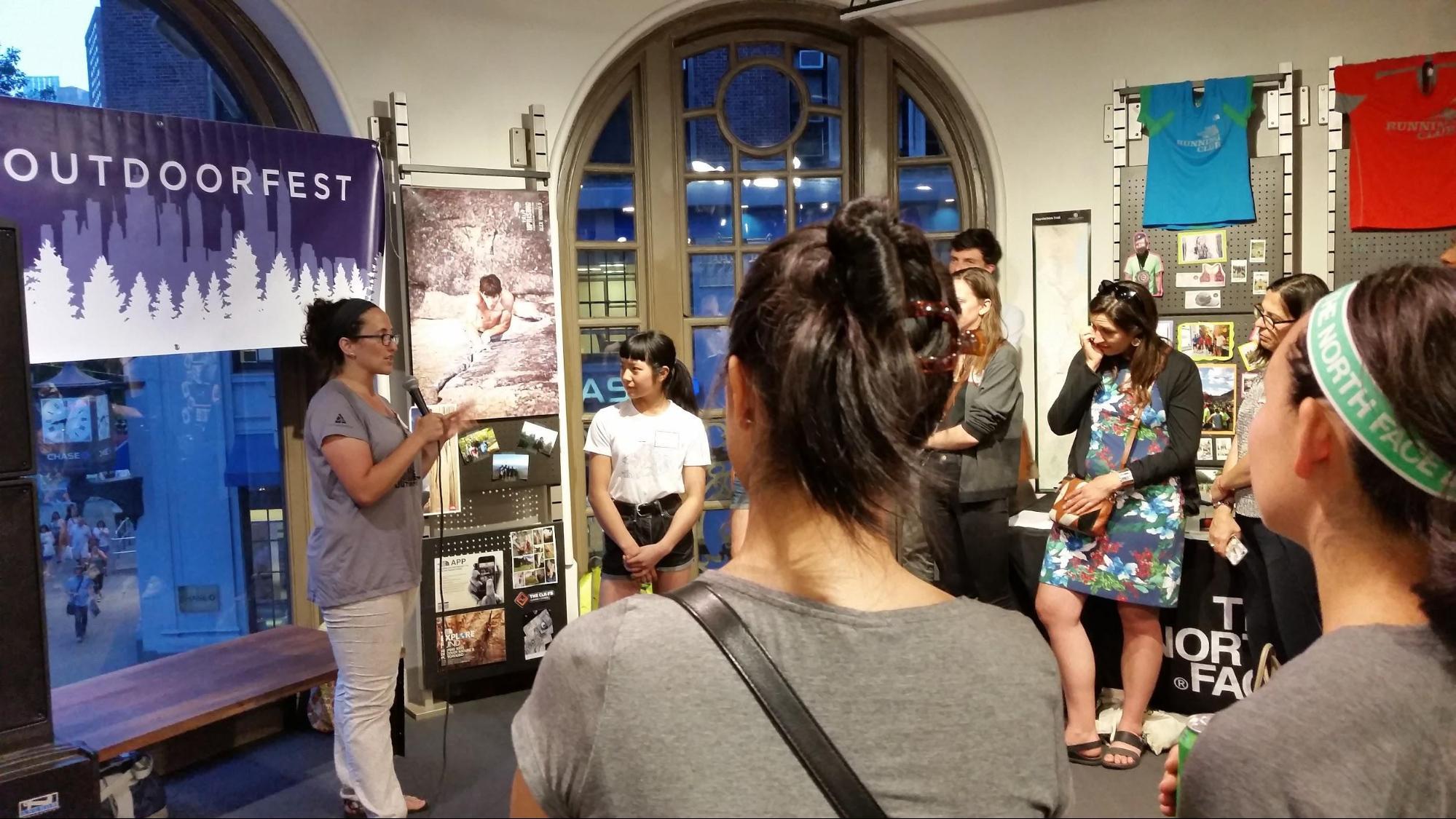 Sarah Knapp fundadora de Outdoorfest, introduciendo a Ashima Shiraishi.