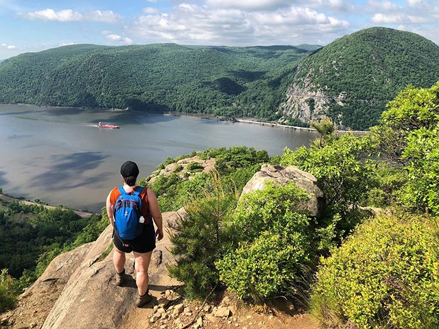 Enjoying the amazing weather with a hike on Breakneck Ridge this weekend with @hjsender 🤩. • Thanks @deuter_usa for the awesome Speed Lite pack. We can't wait to talk hiking & backpacking 101 with you and @girlgottahike at the campout this weekend!! #outdoorfest2019 #itsadeuterday  #deuterusa #nynjtc