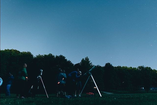 The night sky through telescopes with @aaadotorg. • Photo by @ezekielgonzalez_ from OutdoorFest 2017 Campout. • *And yes, there are stars, constellations and planets galore to be seen from Staten Island! #outdoorfest2019