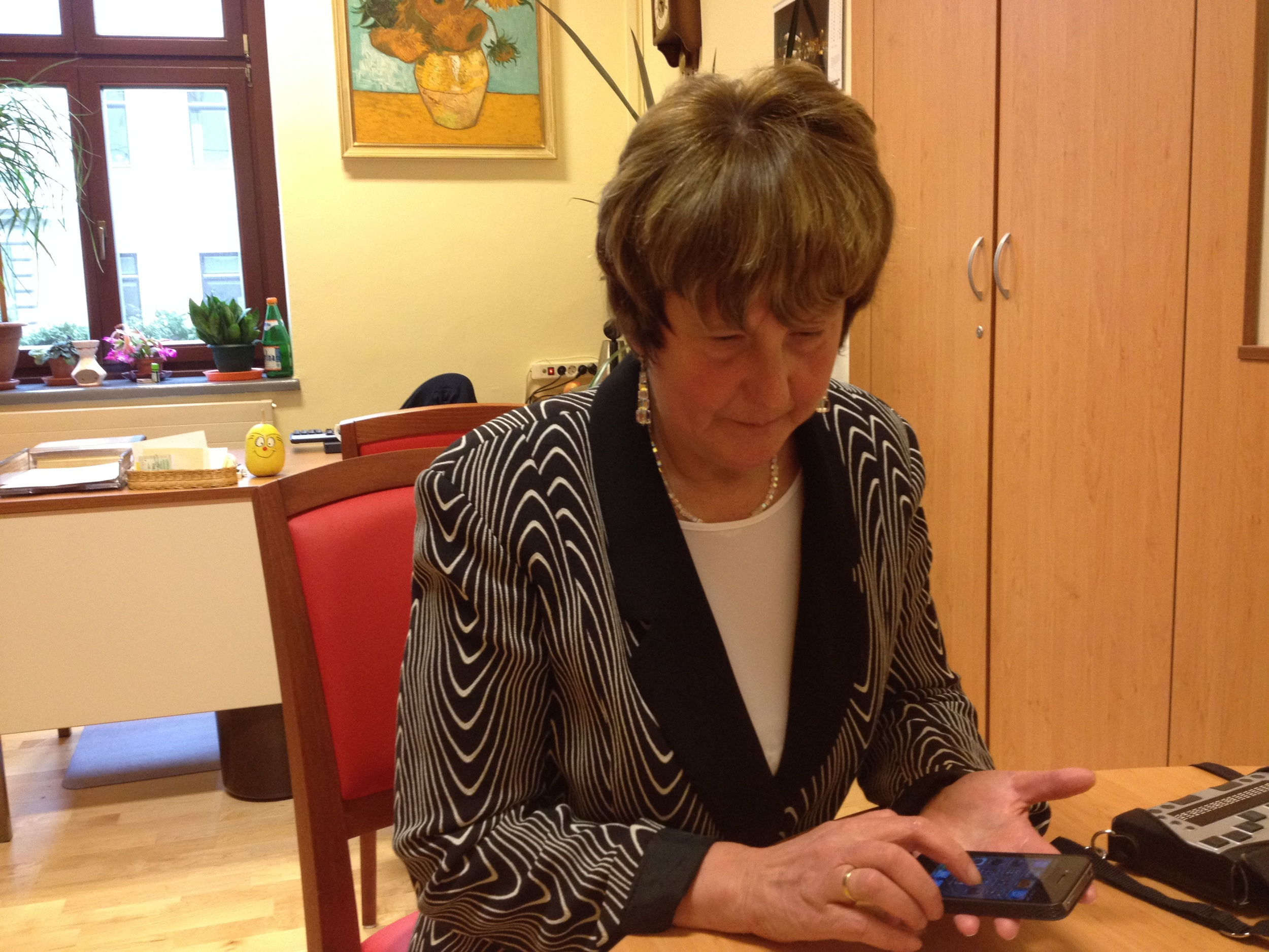 Eva Papst mit iPhone