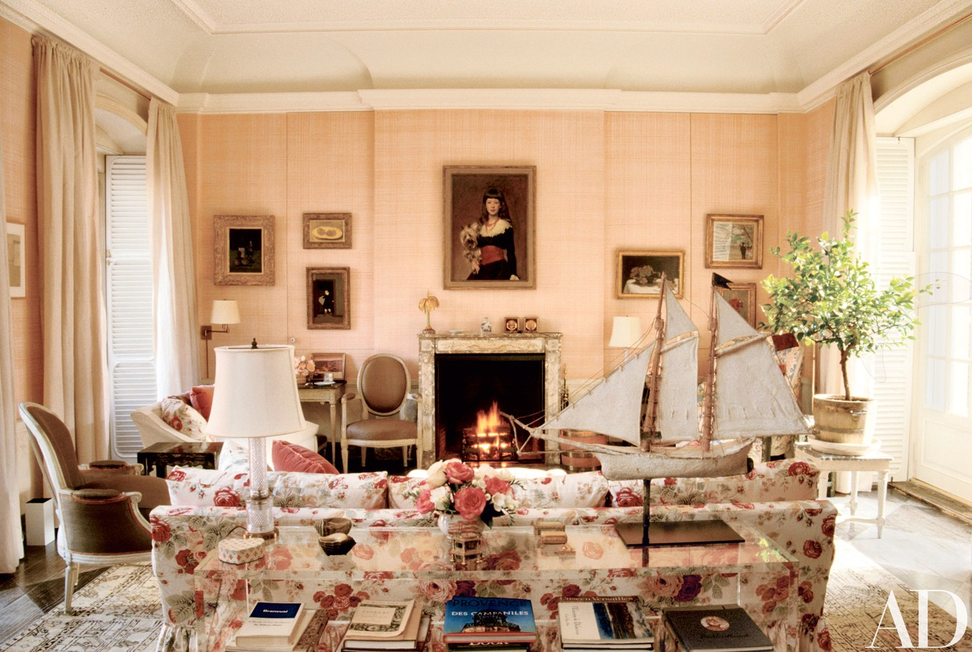 The pink living room of American heiress and art collector Bunny Mellon's Manhattan residence gets us every time, no matter how many times we've seen it. The designer's entire Manhattan home is a perfectly medley of chintz and good taste, latticework, trelliage and wicker, crown mouldings and artwork, including John Singer Sargent (above) and Édouard Manet ...