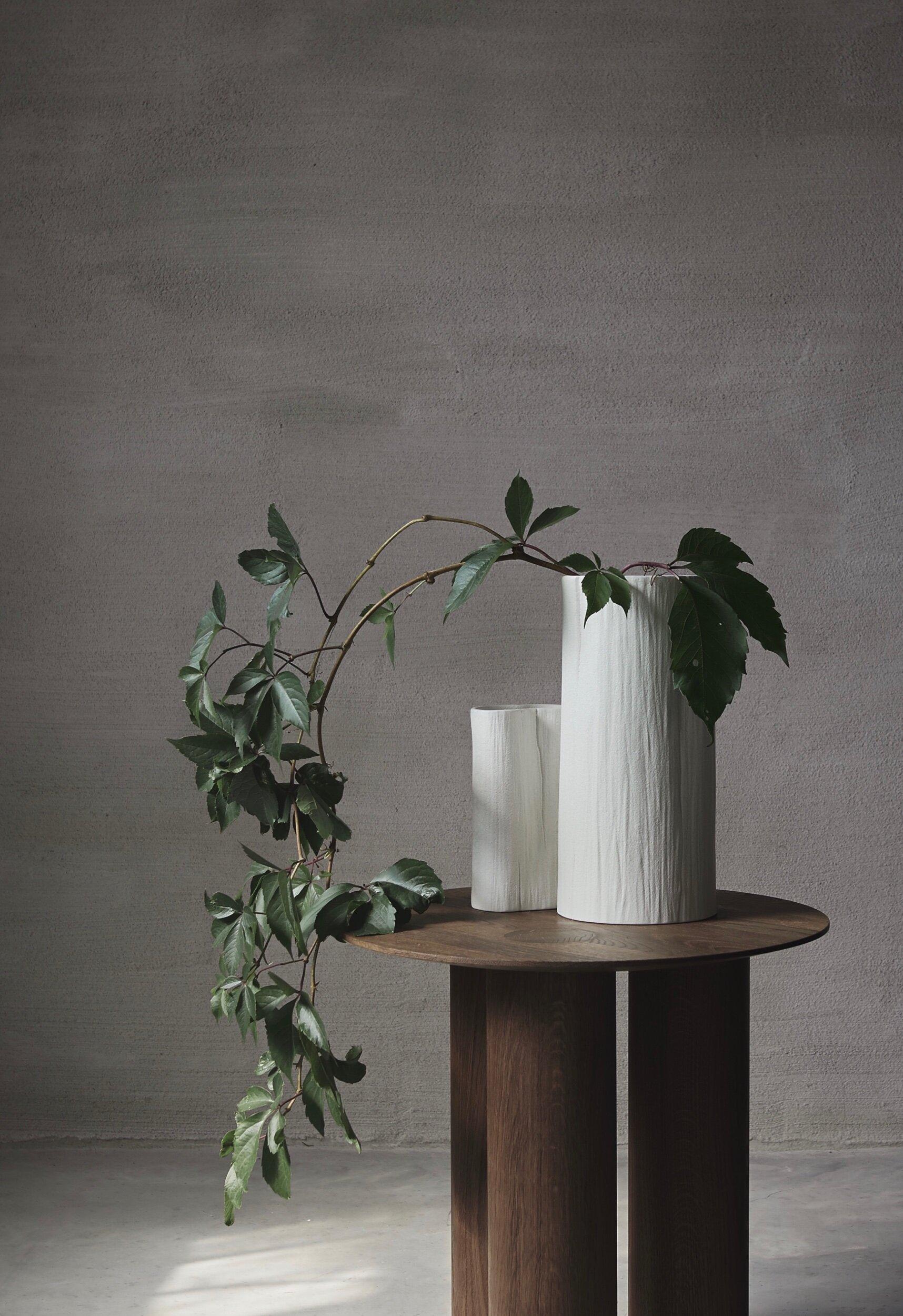 STAM är namnet på kollektionen som innehåller 5 vaser i en vit och en sandfärgad nyans. Till dessa har jag även formgett en ljusstake som kommer lanseras i tre olika kulörer.