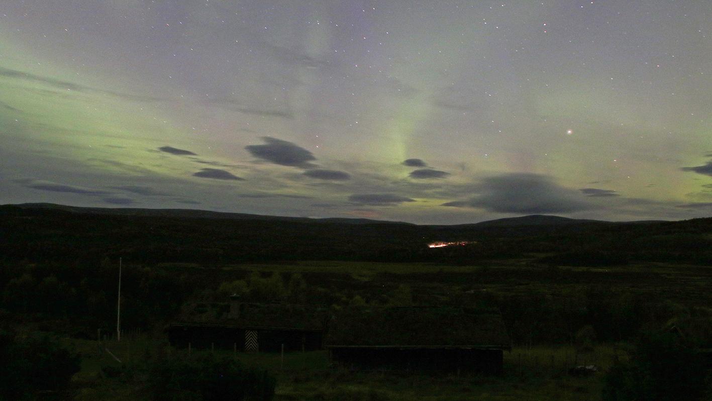 Mastukåsa i Vangrøftdalen. Tverrfjellet i horisont til høyre. En bil på tur nordover. Foto: A. Nyaas