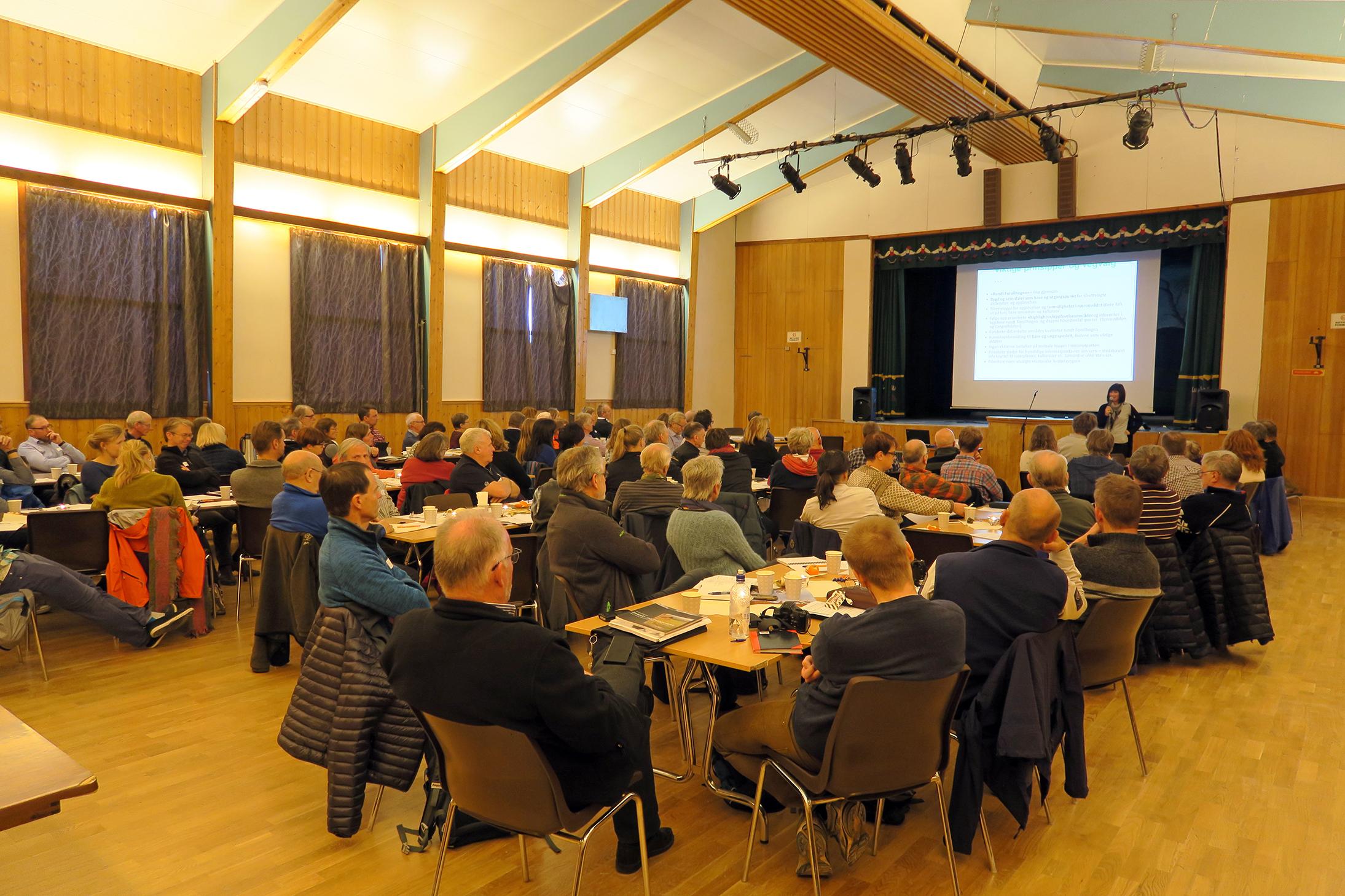 Forollhogna-konferansen ble i år arrangert for 3. gang, nå i Dalsbygda samfunnshus. 90 personer deltok. Arrangør i år var nasjonalparkstyret i samarbeid med Os kommune, Hedmark fylkeskommune og Sør-Trøndelag fylkeskommune. Foto: Arne Nyaas