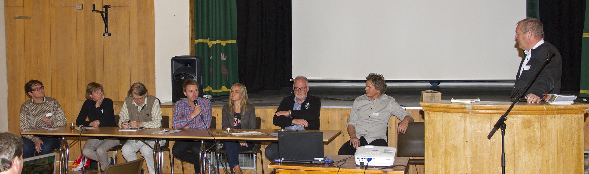 Panelet som avslutningsvis svarte på spørsmål fra salen. Fra venstre Ragnhild Aashaug, (nasjonalparkstyret/Tolga), Birgit Wikan Berg (nasjonalparkstyret/Os), Jan Bojer Vindheim (Fylkesutvalget S-T), Erlend Eggen (Turapp), Linda Ramberg (Destinasjon Røros), Olav Nord-Varhaug (nasjonalparkseksjonen i Miljødirektoratet) og Vegard Gundersen (NINA). Møteleder er Erling Lenvik (leder i nasjonalparkstyret). Foto: A. Nyaas