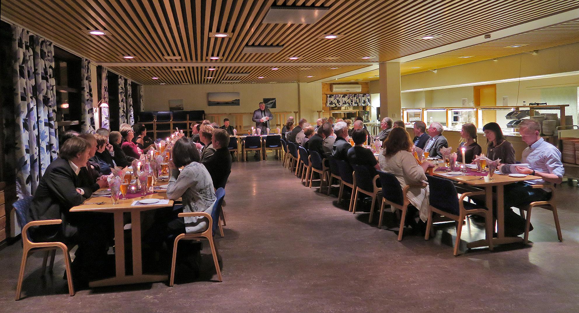 Jubileumsfesten lørdag var lagt til Løvåsen leir i Haltdalen med festmiddag, taler, bildevisning, dans og hyggelig samvær. Her ønsker Hallvard Urset, leder i villreinutvalget, velkommen til bords. Foto: A. Nyaas