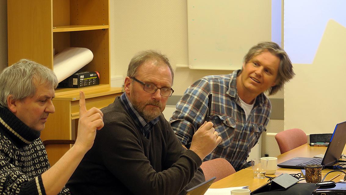 Fra venstre: Bjørn Rangbru, Fylkesmannen i Sør-Trøndelag, Per Ousten, leder i villreinnemnda og leder i styringsgruppa og Vegard Gundersen, prosjektleder fra NINA. Foto: A. Nyaas
