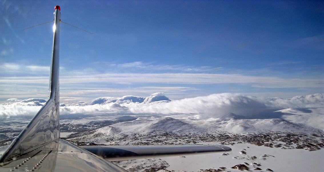 """Det er tid for å gå inn for """"landing"""". Kommende vinter er det en annen som skal fotografere og telle villreinhopene i Forollhogna. Foto: Arne Nyaas"""