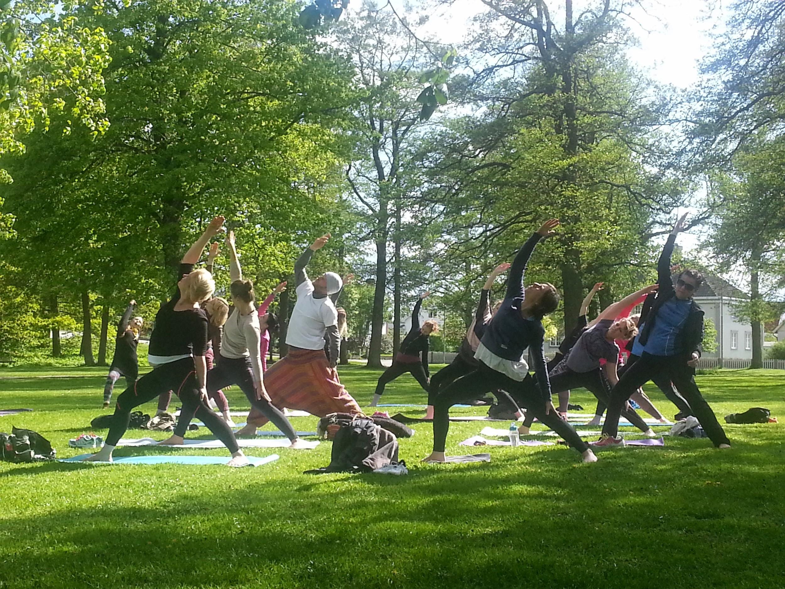 Flödande tid i Park Yoga, Växjö, Yoga By Magie. Photo: Anneli Eller, Copyright Service By Magie