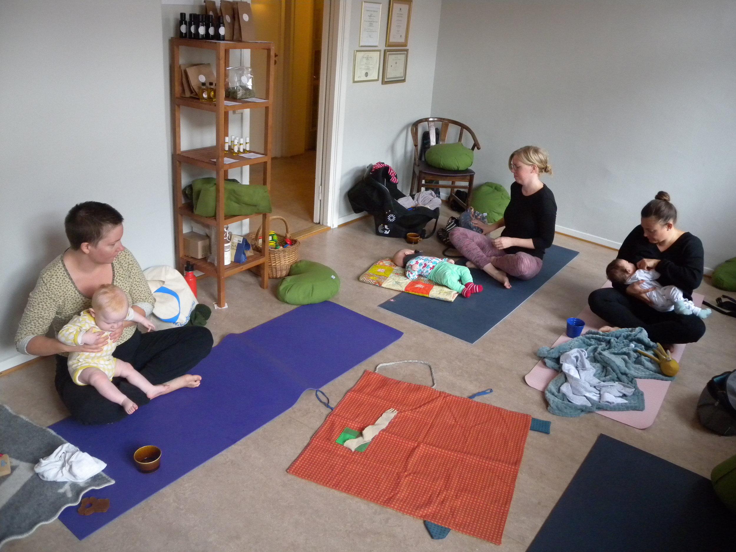 Mamma och Bebis yoga hos Yoga Mamas yogastudio i Växjö