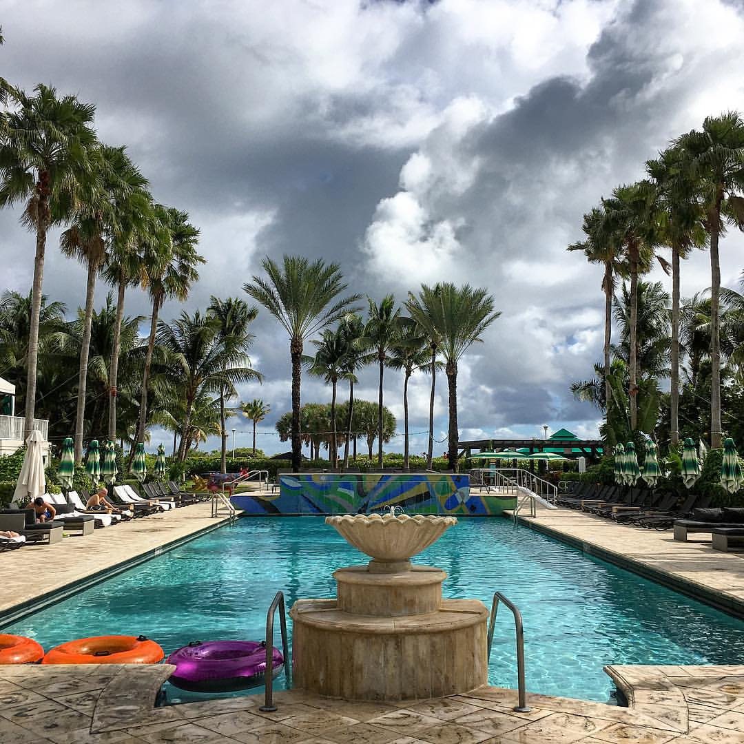 It's hard to say goodbye to this pool. #surfcomberhotel #southbeach (at The Surfcomber South Beach)