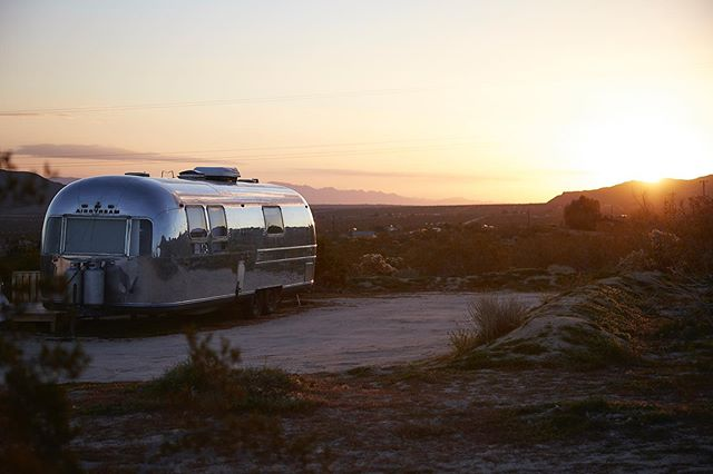 Camp life. #joshuatree  #travel #travelpgotography #airstream #campervan #joshuatreenationalpark #adventurephotography #canon5ds #canonaustralia #merica #sunrise #desert #mikeyandersson