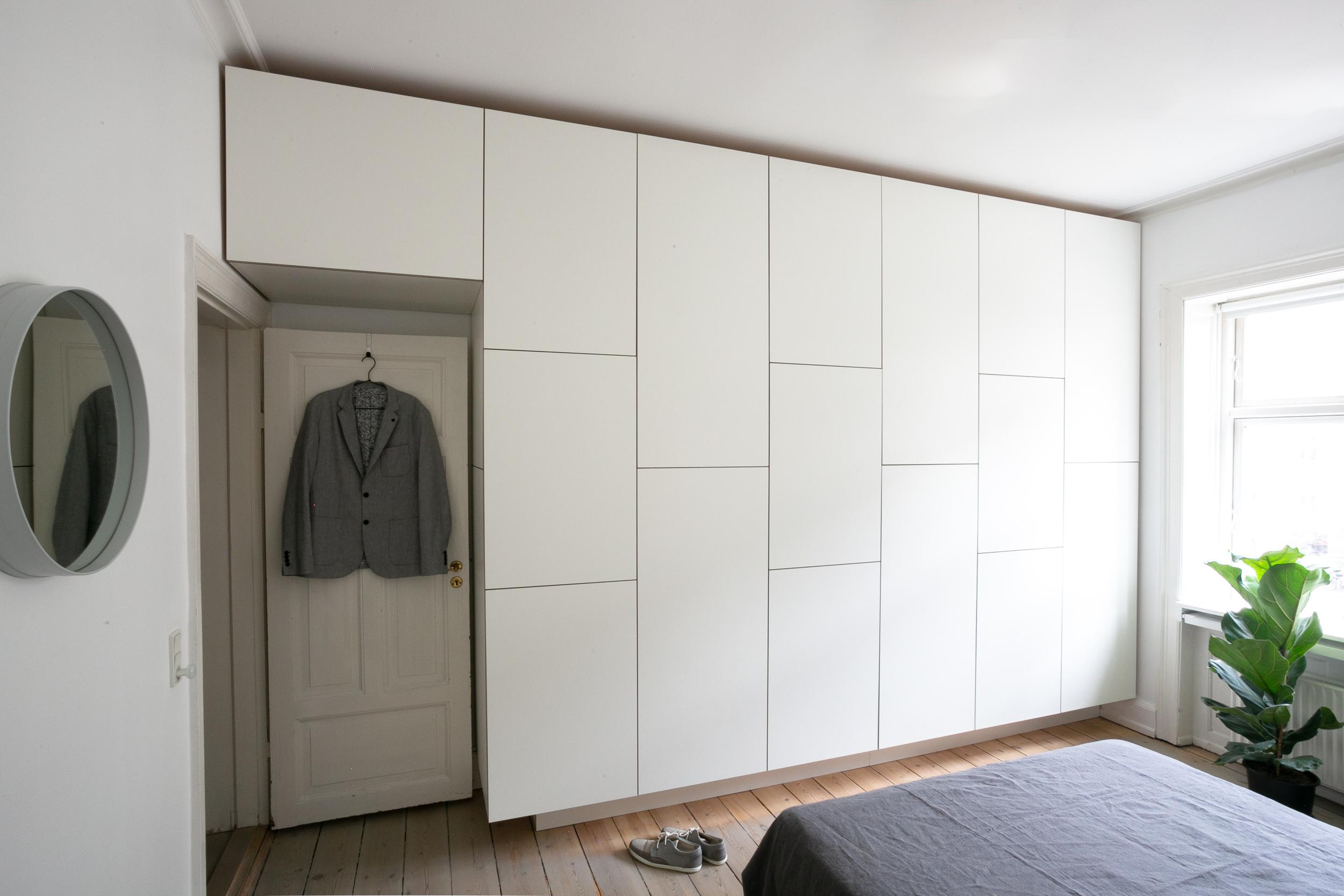 Indbygget garderobeskab over dør