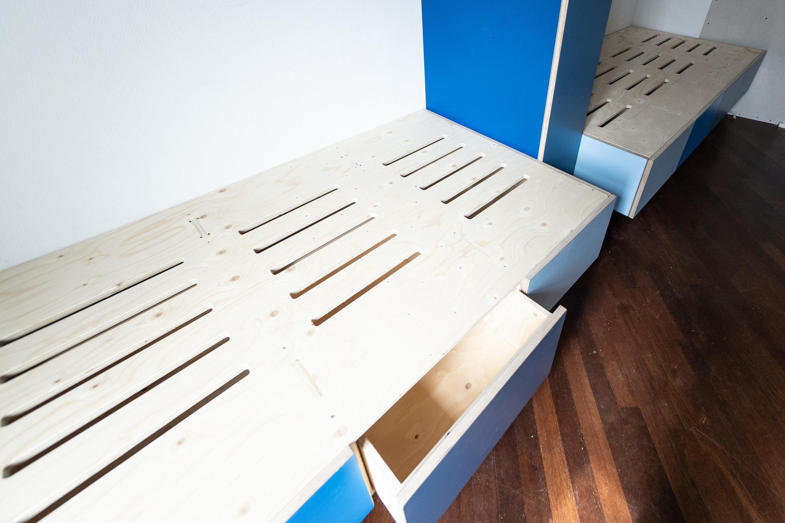 Børneværelse med opbevaring under sengen
