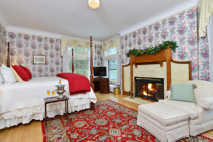 Room_2_champagne_fire_Wilburton_Inn_VT..jpg