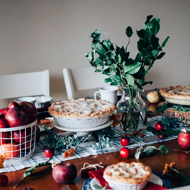 "Happy Thanksgiving! 🍎🥧🍁 Discover ""9 ways to make the most of your Thanksgiving weekend"" on @Houzz today! My collaboration with @_aisforapplepie is highlighted as you learn how to ""warm up fall with an apple pie party at home."" Apple pie has always been one my most favorite deserts and Mackenzie Whiteley knows and shares the secrets to baking it deliciously. Her Littles are adorable, she is a beauty, and her pie art is gorgeous. Hope you take a peek at the feature on this day of feasting and family. ♥️ Link in bio. #houzz #darlingweekend #vsco"