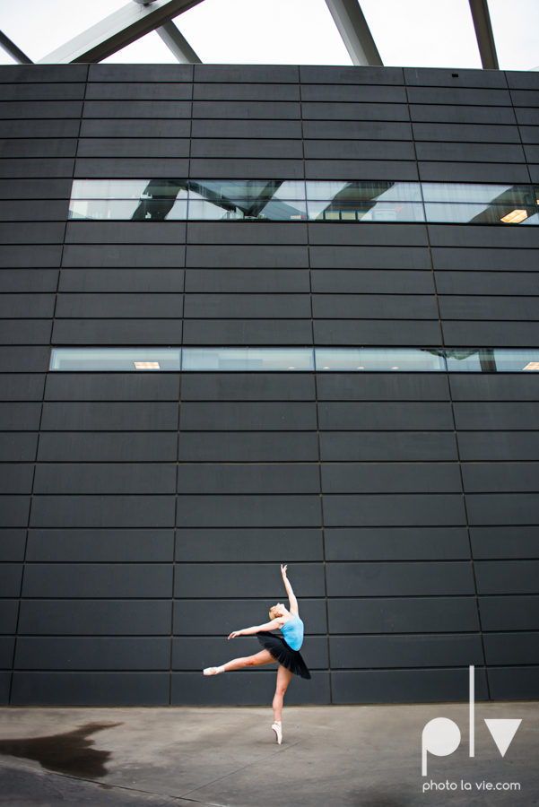 ballet dancers pointe shoes dallas arts district texas dfw tutu modern architecture Sarah Whittaker Photo La Vie-16.JPG