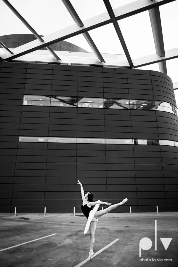 ballet dancers pointe shoes dallas arts district texas dfw tutu modern architecture Sarah Whittaker Photo La Vie-18.JPG