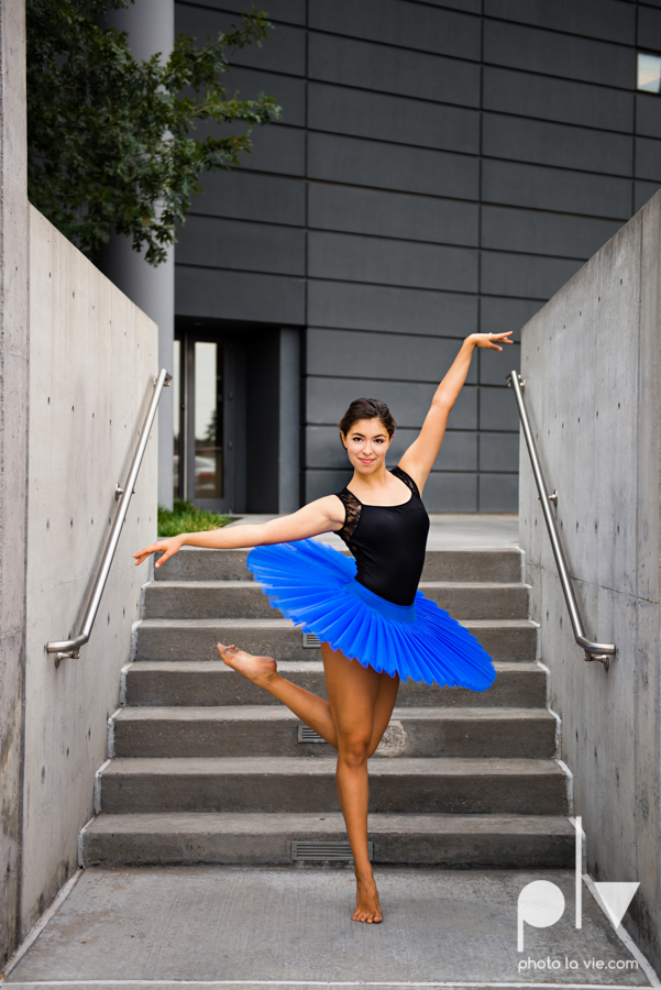 ballet dancers pointe shoes dallas arts district texas dfw tutu modern architecture Sarah Whittaker Photo La Vie-21.JPG