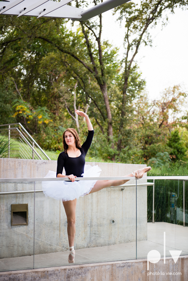 Claire Downtown Fort Worth campus sundance square ballerina ballet pointe garage urban senior dancer Sarah Whittaker Photo La Vie-15.JPG