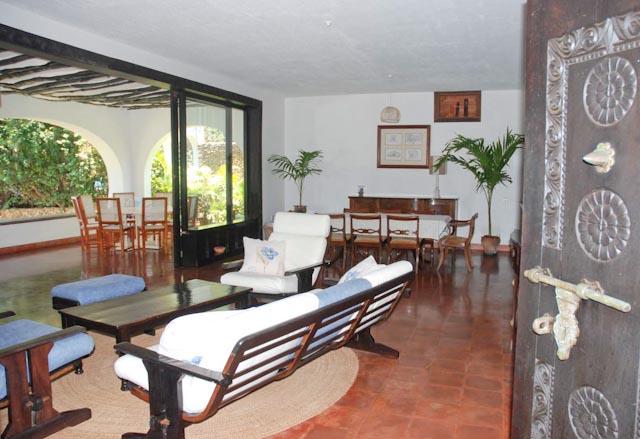 5. Entrance to Living room to veranda_.jpg