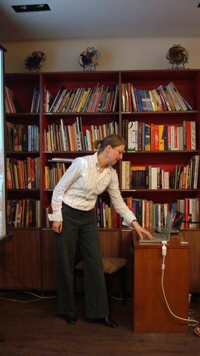 Nana Petzet presenting her work