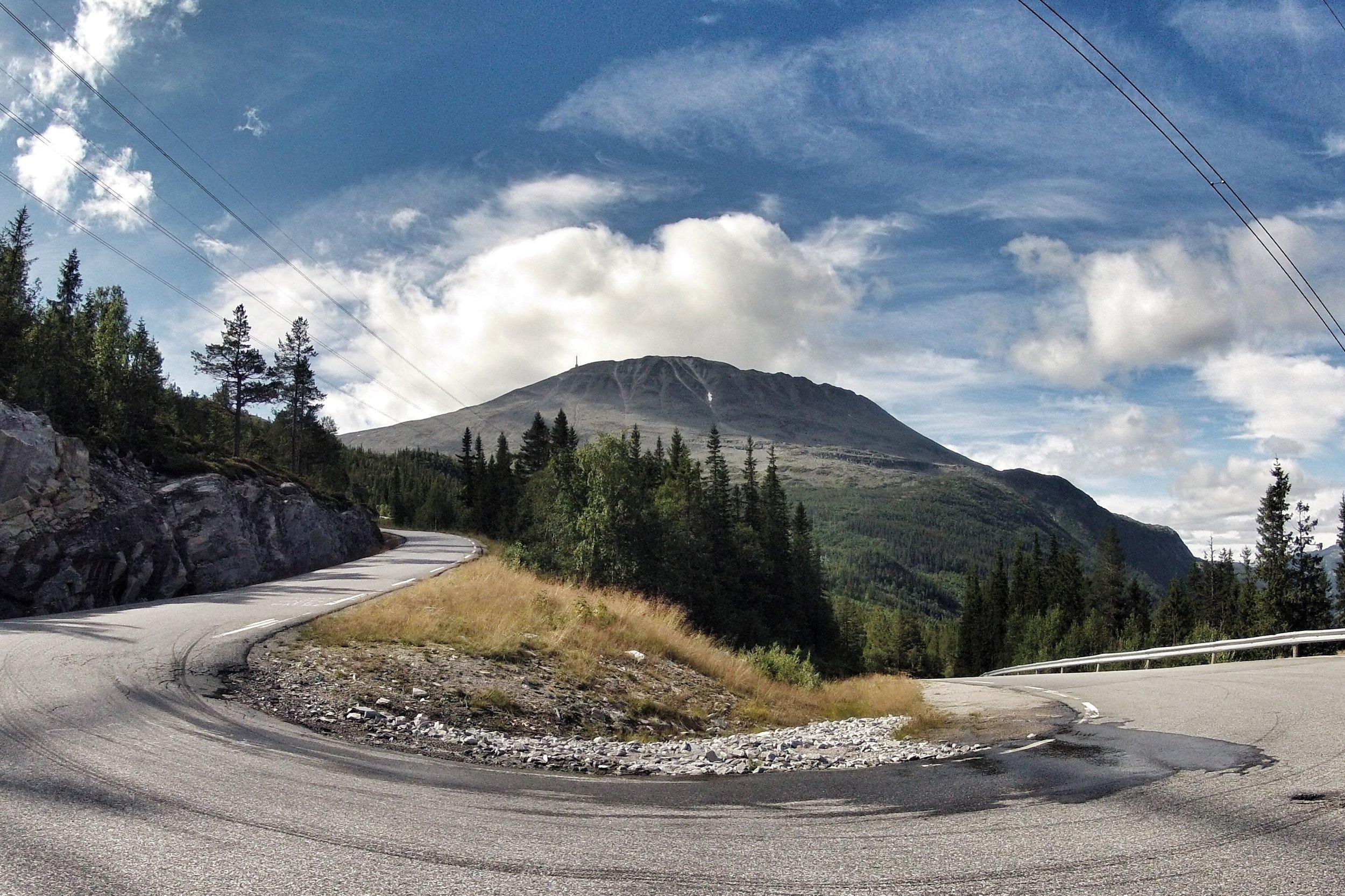 Gaustavegen, her ved Svineroivegen med utsikt mot Gaustatoppen