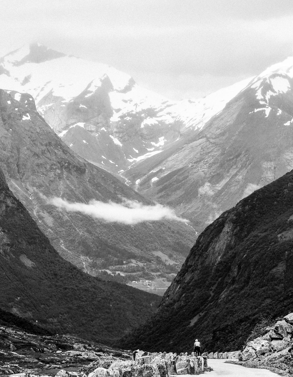Dype daler - Norge er høye fjell og trange fjorder. I overgangene mellom fjord og vidde finner du dalene, dype og mørke.