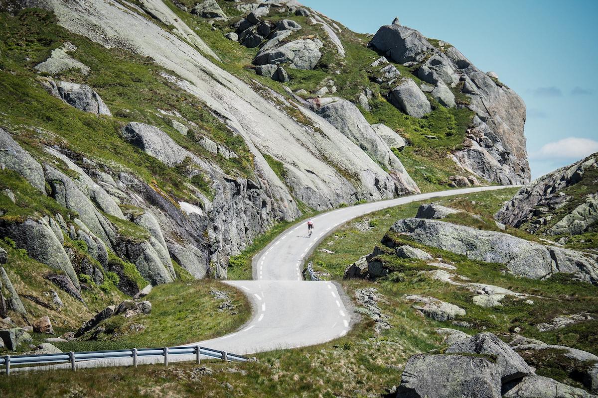 Frafjordheiene - Opp Lysebotn og videre innover mot Ådneram finner du Frafjordheiene, en berg og dal-bane blant blankskurte koller.Se Frafjordheiene & Lysefjorden rundt her →