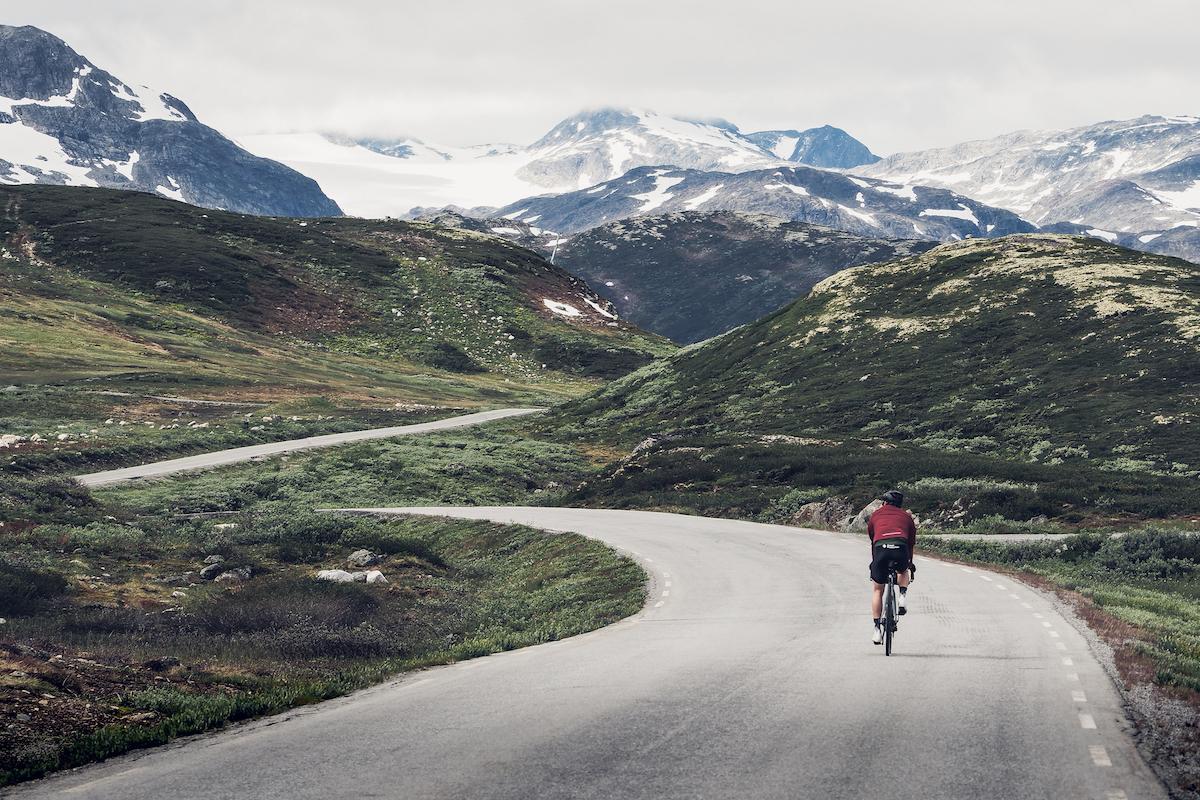 Filefjell - Veien over Filefjell er en reise i landskap og en reise i tid. Det har vært ferdselsvei her i lange tider, som knyttet øst med vest.KOMMER!