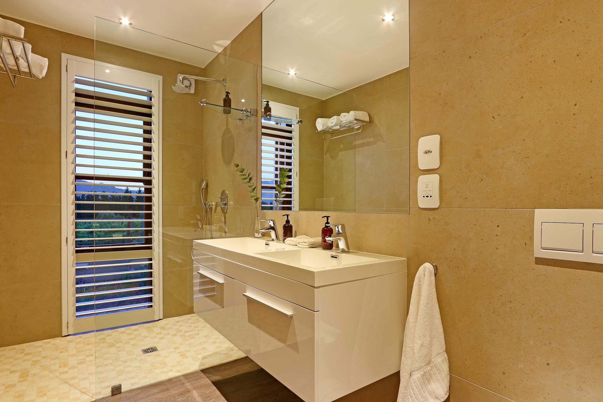 04 Skaaphouse owners bathroom.jpg