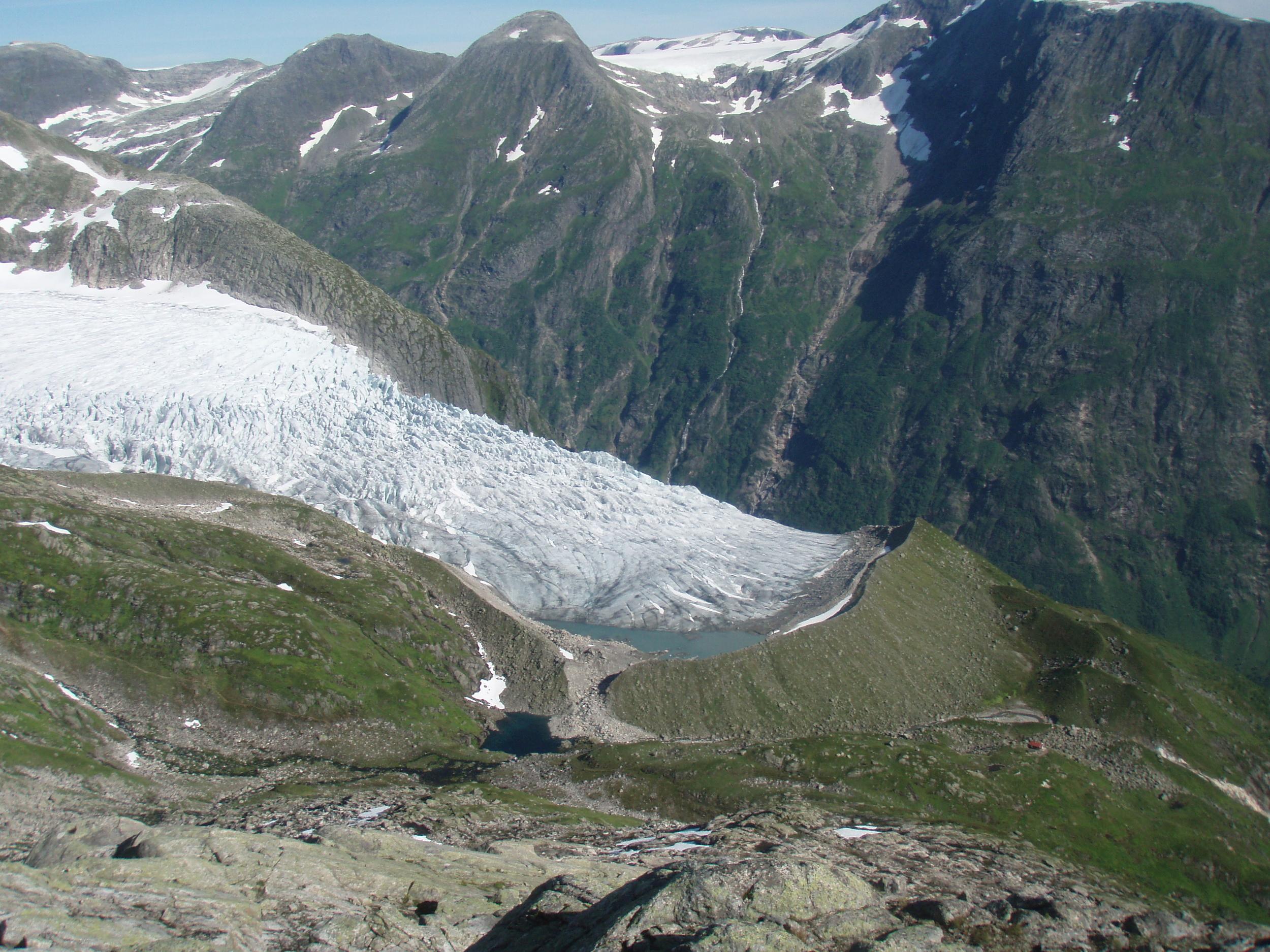 Flatbreen med den mektige endemorenen i 2007. Foto: Gaute Dvergsdal Bøyum.