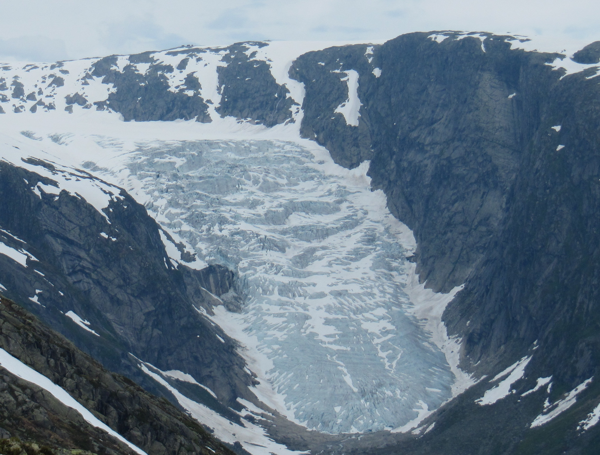 Tuftebreen. Likevektslina er i skillet mellom blåis og snø. Foto: Pål Gran Kielland.