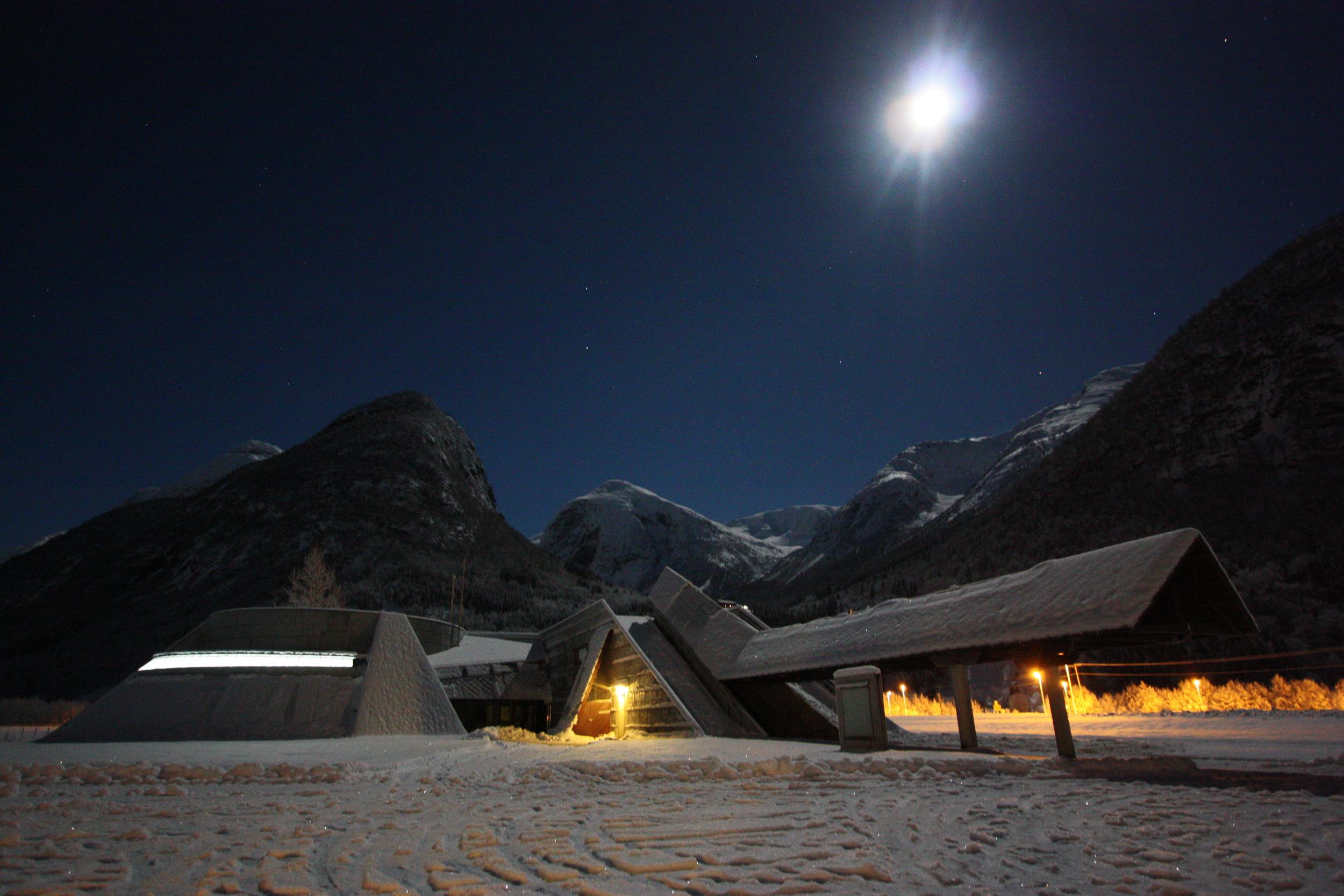Norsk Bremuseum i månelys vinternatt. Foto: Gaute Dvergsdal Bøyum.